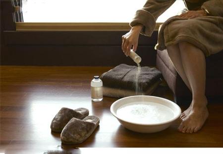 Ngâm chân với nước muối ấm giúp chữa được nhiều bệnh
