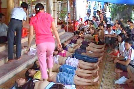 Bà Phú giẫm đạp lên người để trị bệnh. Ảnh: T.Kiên/Sài Gòn giải phóng