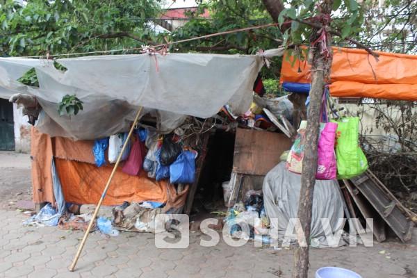 Căn lều xập xệ chỉ cao khoảng hơn 10 nằm ở khu chợ đầu mối Long Biên
