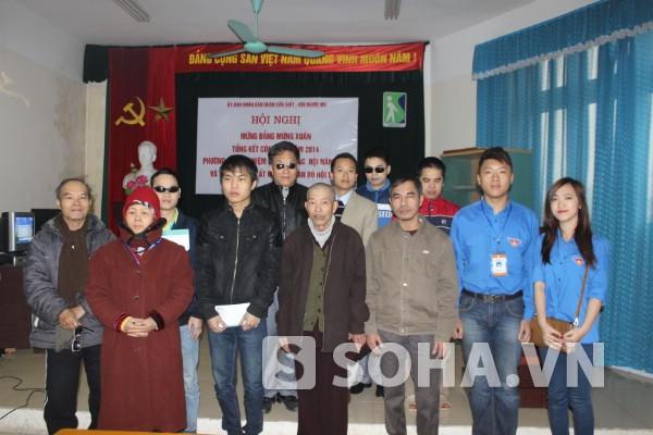 Nhà báo Bùi Ngọc Hải cùng đại diện ĐH Đại Nam trao tặng món quà cho 10 hội viên người mù khó khăn địa bàn Cầu Giấy.