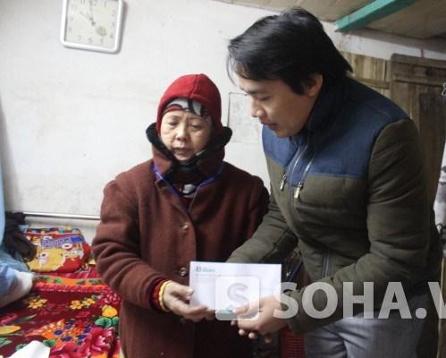Bà Hoa xúc động khi nhận món quà từ Báo và ĐH Đại Nam.