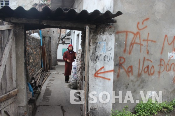 Mẹ con bà Hoa đang ở trong căn nhà cấp 4 chật hẹp ở khu bãi tha ma.