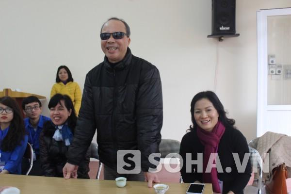 Ông Đàm Quốc Hiển (Chủ tịch Hội người mù Tây Hồ) thay mặt các hội viên cảm ơn món quà ý nghĩa ấm áp vào dịp cuối năm của thầy trò ĐH Đại Nam và lãnh đạo Báo.