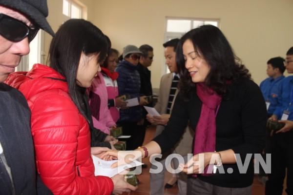 Bà Cao Thị Hòa mong muốn mang niềm vui xuân đến tết về cho những người khó khăn.