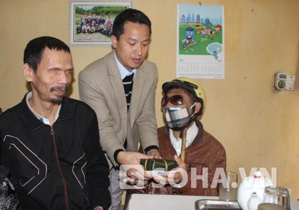Đại diện lãnh đạo Báo Trí Thức Trẻ mang tết ấm áp cho người mù khó khăn, bệnh hiểm nghèo trên địa bàn.