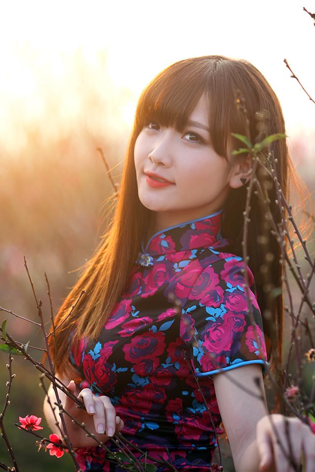 """Được biết, Hường Hana cũng giành giải Quán quân cuộc thi tìm kiếm gương mặt trẻ """"Hoa Học Trò Icon 2011"""" hay Á khôi Miss Bóng rổ..."""