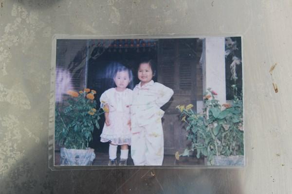 Ánh Viên chụp ảnh cùng chị họ. Điều dễ dàng nhận thấy là nụ cười tươi rói và hồn nhiên không đổi của cô qua bao nhiêu năm tháng. Kình ngư 19 tuổi bây giờ cũng luôn gây ấn tượng bởi nụ cười này