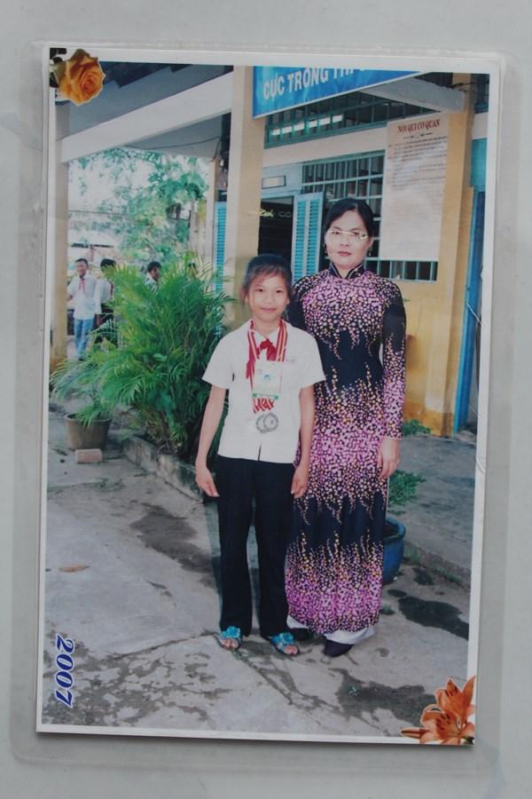 Ánh Viên chụp ảnh cùng cô giáo khi được 10 tuổi, học lớp 5. Chính giai đoạn này là năm bản lề khiến chúng ta có kình ngư Ánh Viên hôm nay bởi lúc cô bé đã thi đấu rất thành công tại hội khỏe phù đổng và được trung tâm TDTT quốc phòng 4 nhận vào học tập