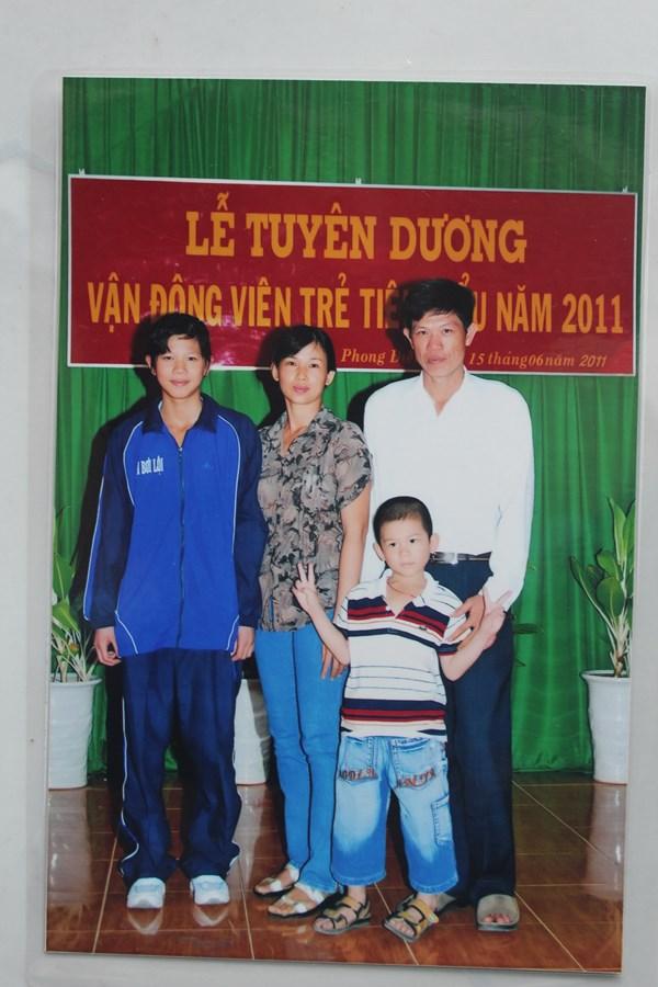 Ánh Viên chụp ảnh cùng bố mẹ vào năm 2011, trước khi lên đường đi tập huấn ở Trung Quốc