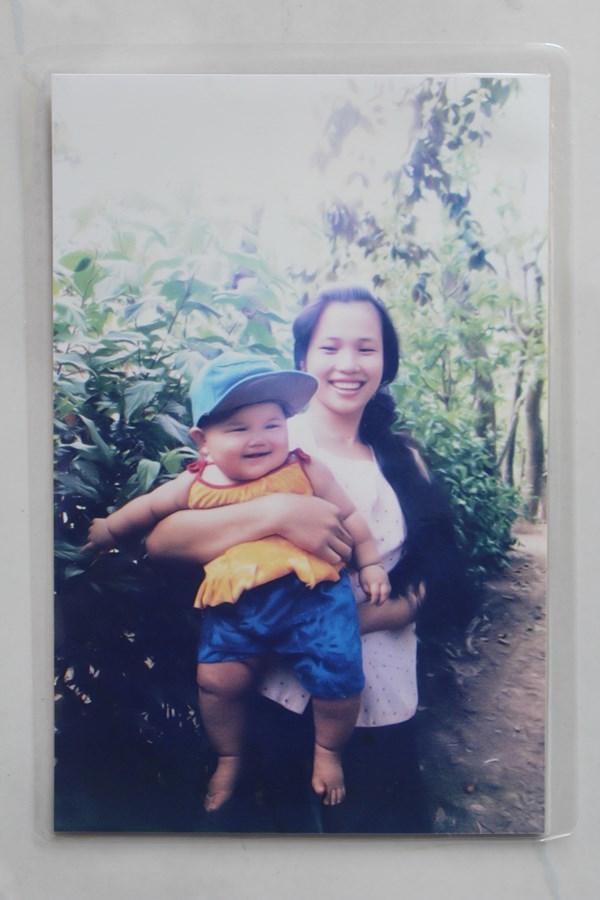 Tấm ảnh đầu tiên về Nguyễn Thị Ánh Viên khi cô mới 4 tháng tuổi trong vòng tay mẹ. Ánh Viên sinh ngày 9/11/1996 tại Cần Thơ