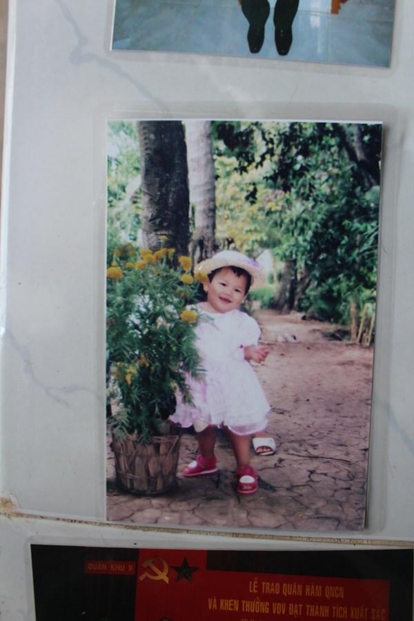 Tấm ảnh rất đáng yêu của cô khi mới chập chững tập đi.