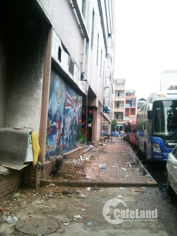 Những năm hoàng kim, mặt bằng khu TTTM Thuận Kiều Plaza có tỷ lệ lấp đầy lên đến 95%. Tuy nhiên, khung cảnh hiện tại lại trái ngược hoàn toàn. Nó vắng vẻ và nhếch nhác vô cùng. (Ảnh: Cafeland)