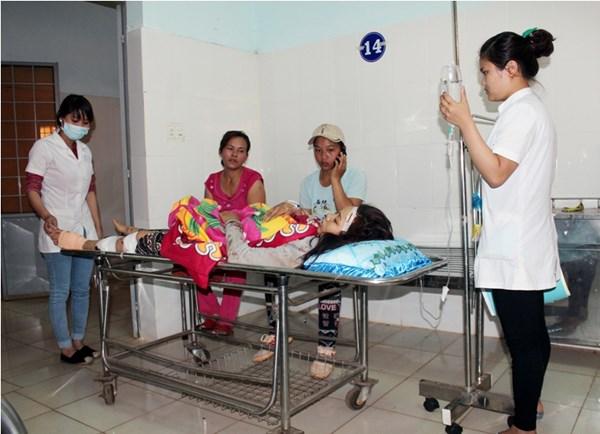 Nạn nhân nữ đang được cấp cứu ở bệnh viện. (Ảnh: Tiền Phong)