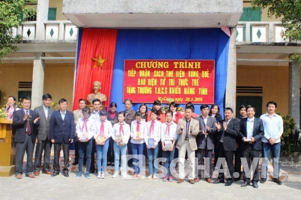 Lãnh đạo Báo, xã Yên Cường cùng nhà trường chụp ảnh lưu niệm.