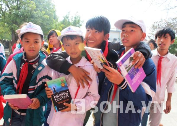 Niềm vui học trò cầm trên tay quyển sách mới được tặng.
