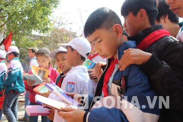Cậu học trò này tò mò về những cuốn sách mà cậu chưa bao giờ được đọc.