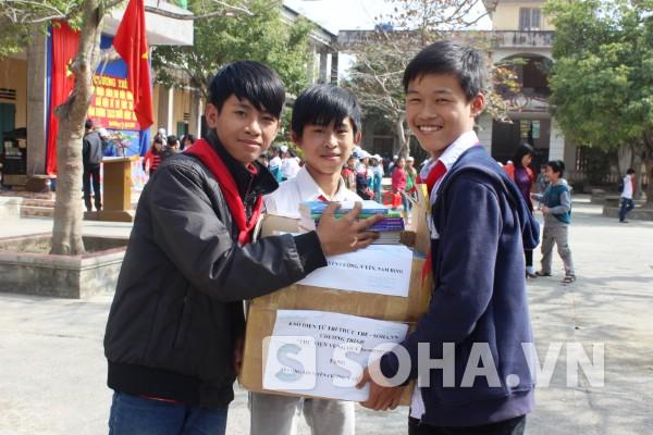 Niềm vui trên gương mặt của các học sinh nhà trường khi nhận sách quý.