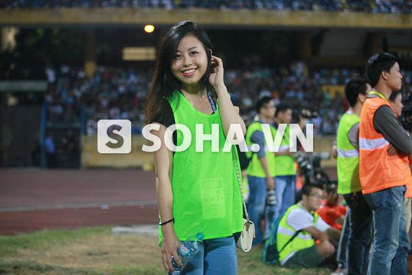 Thừa nhận bản thân trước đây không phải một fan cuồng bóng đá, nhưng Hải Yến cho biết rất ấn tượng với không khí cổ vũ trên sân và đã say mê sự náo nhiệt này, cùng hòa mình vào diễn biến trên sân.