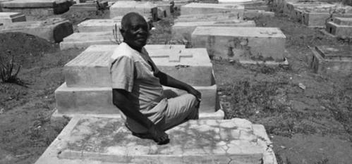 Ông Clairvius Narcisse ngồi trên chính ngôi mộ của mình!