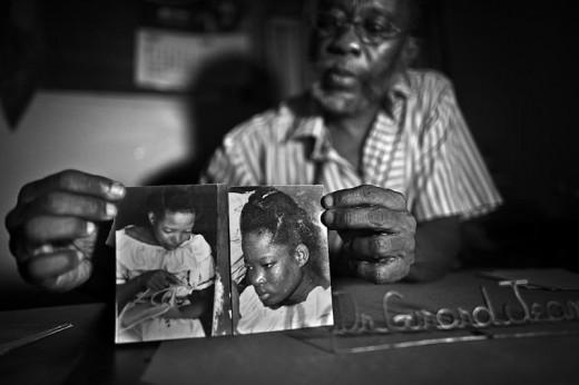 Bác sĩ Girard Jeanny với bức ảnh Rose Marie Thelusme, một trường Zombie từ Cape Haitien (Haiti).