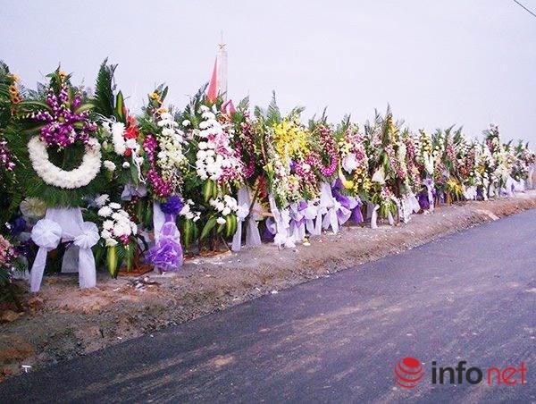 Các vòng hoa bên đường vào khu an táng ông Nguyễn Bá Thanh (Ảnh: Hải Châu/Infonet)