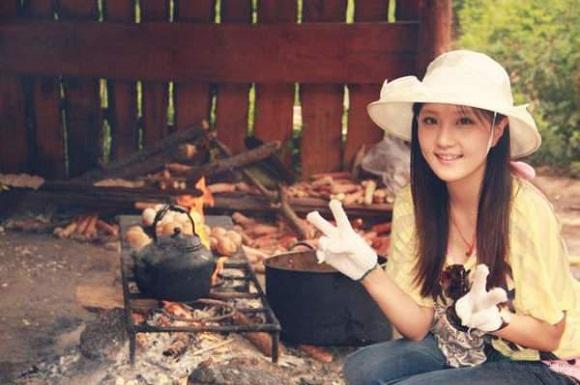 Cô tích cực tham gia các hoạt động xã hội để tự học hỏi và trải nghiệm.