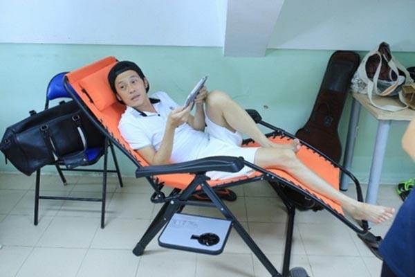 Trước đó, Hoài Linh cũng vô tình khoe đôi chân nhỏ bé quá mức khi mặc quần ngắn, nằm nghỉ ngơi trong hậu trường của 1 buổi ghi hình gameshow.