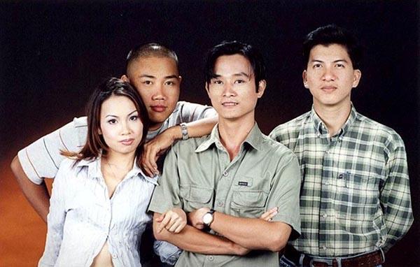 Thời điểm năm 1996, Minh Vy tìm kiếm giọng ca nữ song ca với các ca sĩ nam ở công ty và bắt đầu làm việc với Cẩm Ly, Minh Tuyết nhờ sự giới thiệu của ca sĩ Hà Phương (em gái Cẩm Ly).