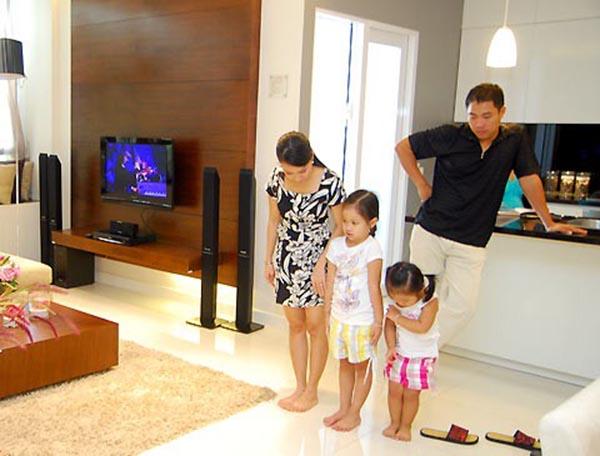 Cuộc sống giàu có, đầy đủ của Minh Vy và bà xã là niềm ao ước của rất nhiều đồng nghiệp trong làng giải trí.