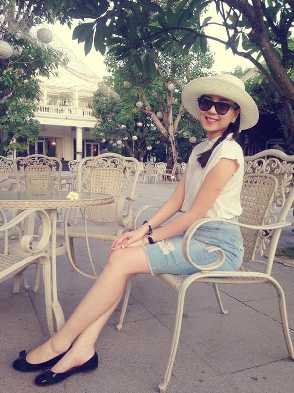Hình ảnh Mai Ngọc khoe đôi chân dài miên man với bộ trang phục trẻ trung, hiện đại.