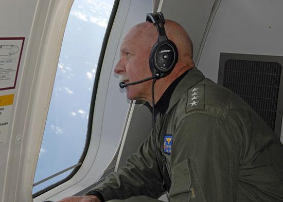 Đô đốc Scott Swift trên máy bay P-8A Poseidon trinh sát Biển Đông hôm 18/7.