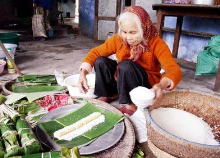 Những hình ảnh mẹ già GÓI BÁNH CHƯNG ngày Tết