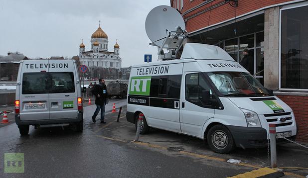 Đội ngũ phóng viên của RT không quản ngại nguy hiểm để đưa tin từ những nơi không ai khác dám lại gần. Ảnh: RT.