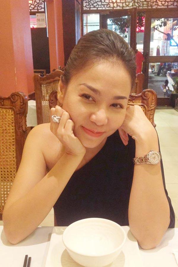 Ở thời điểm rộ tin đã kết hôn, Thu Minh đeo chiếc nhẫn trị giá gần 6 tỷ đồng khiến không ít người phải ngưỡng mộ. Đây là thương hiệu nhẫn kim cương nổi tiếng thế giới và hiếm mỹ nhân Việt nào có thể sở hữu được.