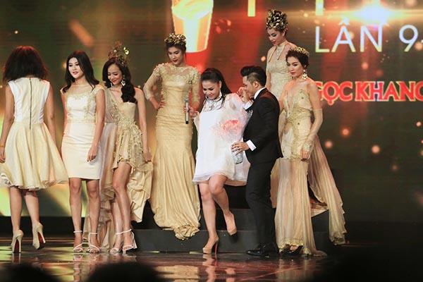 Tối 05/04, Thu Minh xuất hiện trên sân khấu Lễ trao giải HTV Awards 9 và biểu diễn ca khúc Xinh do Nathan Lee sáng tác.