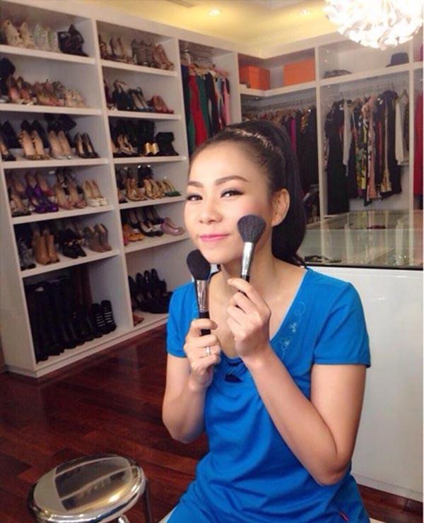 Trong một hình ảnh được chia sẻ, Thu Minh để lộ tủ giày toàn hàng hiệu của mình.