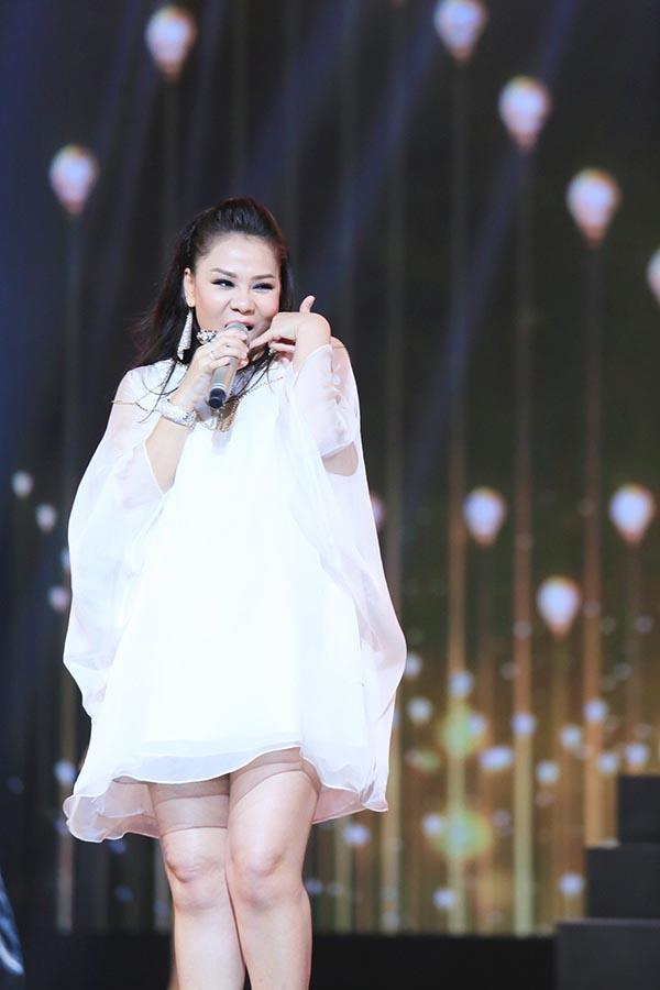 Từng bước nhún nhảy, di chuyển của Thu Minh trong tiết mục này khiến nhiều fans hâm mộ không khỏi hồi hộp, lo lắng.