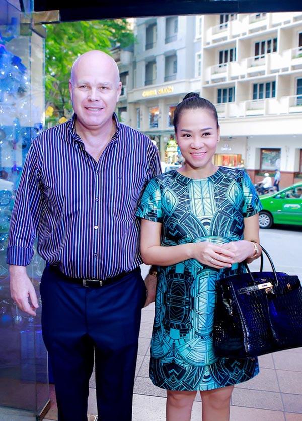 Tuy nhiên, con số không dừng lại ở trăm triệu. Thu Minh từng xuất hiện trong một sự kiện cùng chồng khi đeo túi Hermes đen trị giá 1,6 tỷ đồng.