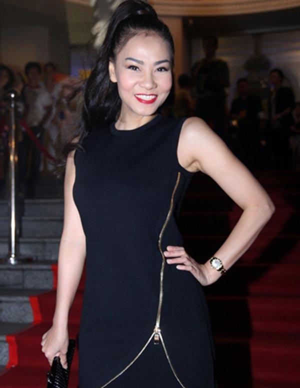 Ngoài trang phục, Thu Minh còn đầu tư để sở hữu những phụ kiện đi kèm như: khăn choàng cổ, đồng hồ... đắt tiền.