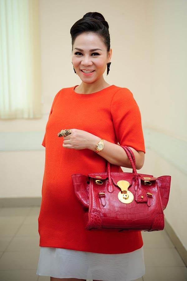 Mới đây, Thu Minh đeo túi xách hiệu Ralph Lauren có giá 22.000USD đi chấm vòng loại Vietnam Idol ở TP. Hồ Chí Minh.