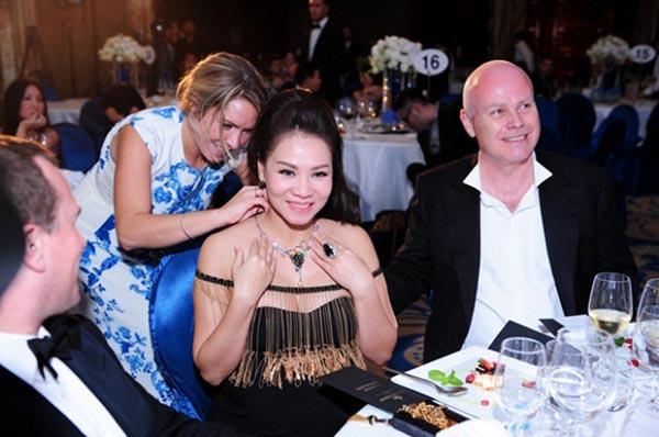 Ở một sự kiện, ông xã Thu Minh còn chi 400 triệu đồng để mua tặng vợ dây chuyền trong phiên đấu giá gây quỹ từ thiện.