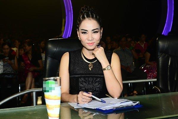 Trên ghế nóng của một cuộc thi nhảy, Thu Minh diện chiếc đầm Roberto Cavalli trị giá 2.000 USD và để kiểu tóc giống nhiều ngôi sao nổi tiếng thế giới.