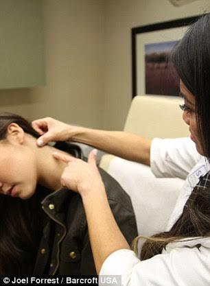 Tiến sĩ Sandra Lee đang chuẩn bị nặn mụn cho một bệnh nhân
