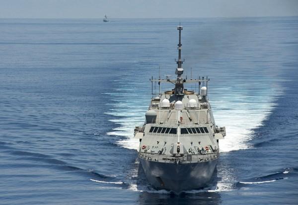 Tàu tác chiến cận bờ USS Fort Worth (LCS 3) tuần tra gần quần đảo Trường Sa, phía sau bên trái là tàu hộ vệ tên lửa Yancheng (FFG 546) của Trung Quốc bám theo, ngày 11/5/2015 - Ảnh: Hải quân Mỹ