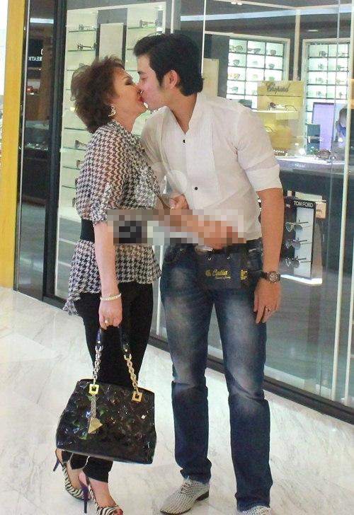 Vũ Hoàng Việt tặng bạn gái một nụ hôn trong một lần cả hai đi trung tâm thương mại mua sắm. Anh được bạn gái tặng quà hết sức đặc biệt và giá trị.