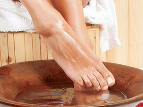 Ngâm chân trong nước muối ấm để chữa bệnh xương khớp