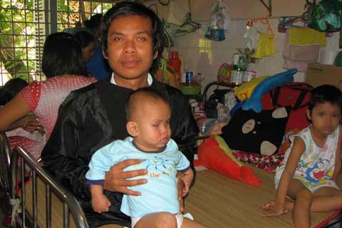 Cả gia đình mù: Con ung thư mắt biết trông cậy ai.