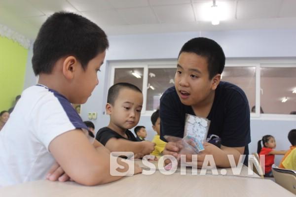 Kiên nhẫn với từng học sinh và tạo cơ hội cho từng em nhỏ nói tiếng Anh.