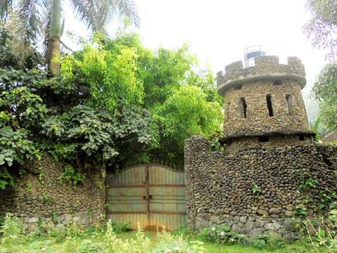 Một khu vườn lô cốt của một đại gia Hà Nội nằm trên khu đất hàng nghìn mét vuông tại xã Yên Trung - Thạch Thất (Hà Nội).