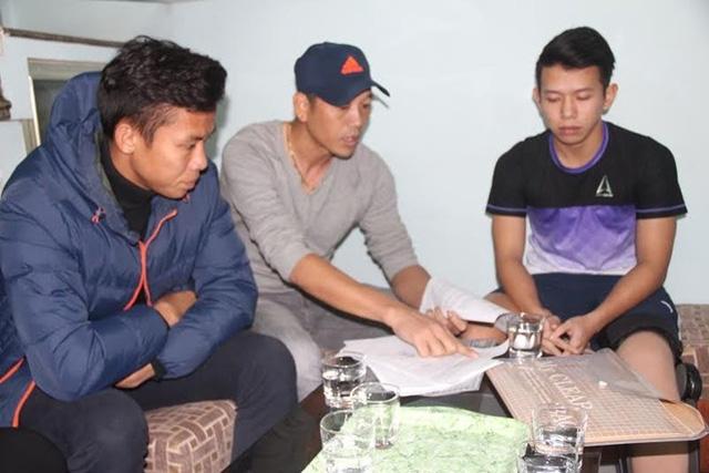 Trợ lý HLV SLNA Nguyễn Đức Thắng (đội mũ) trong buổi đếm tiền tại nhà Anh Khoa ngày 17/12.